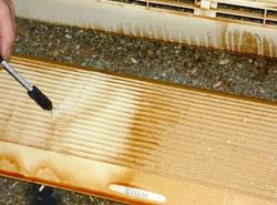 エアコンクリーニング手順06 特殊洗剤で汚れを落とします