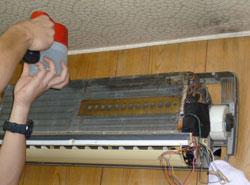 エアコンクリーニング手順09 熱交換器に特殊洗剤を吹きかけます
