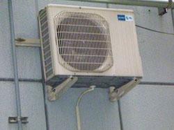 エアコン室外機の設置:壁面取付